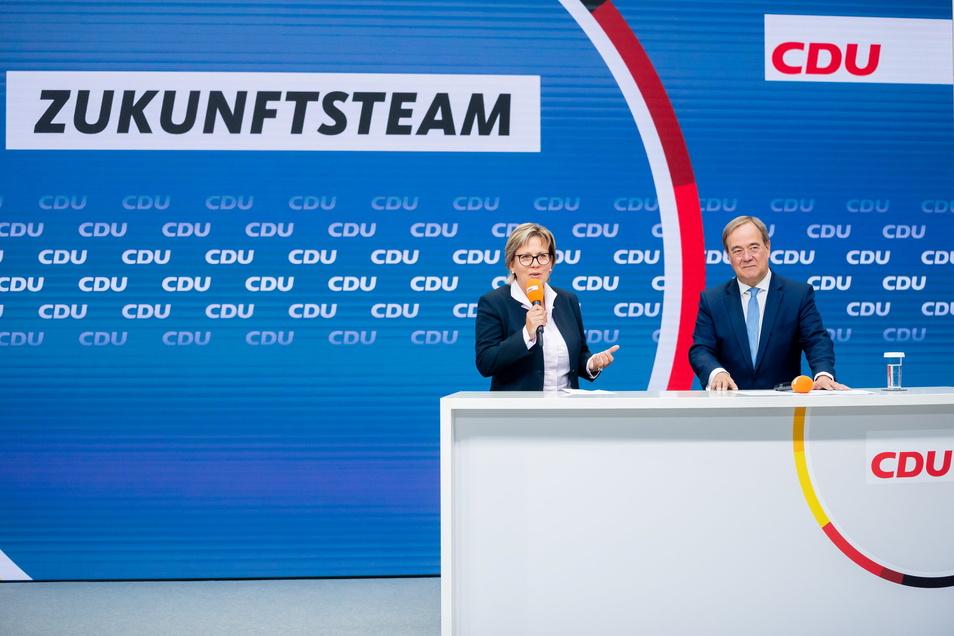 """Die sächsische Kulturministerin Barbara Klepsch (CDU) steht neben Unionskanzlerkandidat Armin Laschet und spricht über ihre Rolle im """"Zukunftsteam"""" der Union, das am Freitag vorgestellt worden war."""