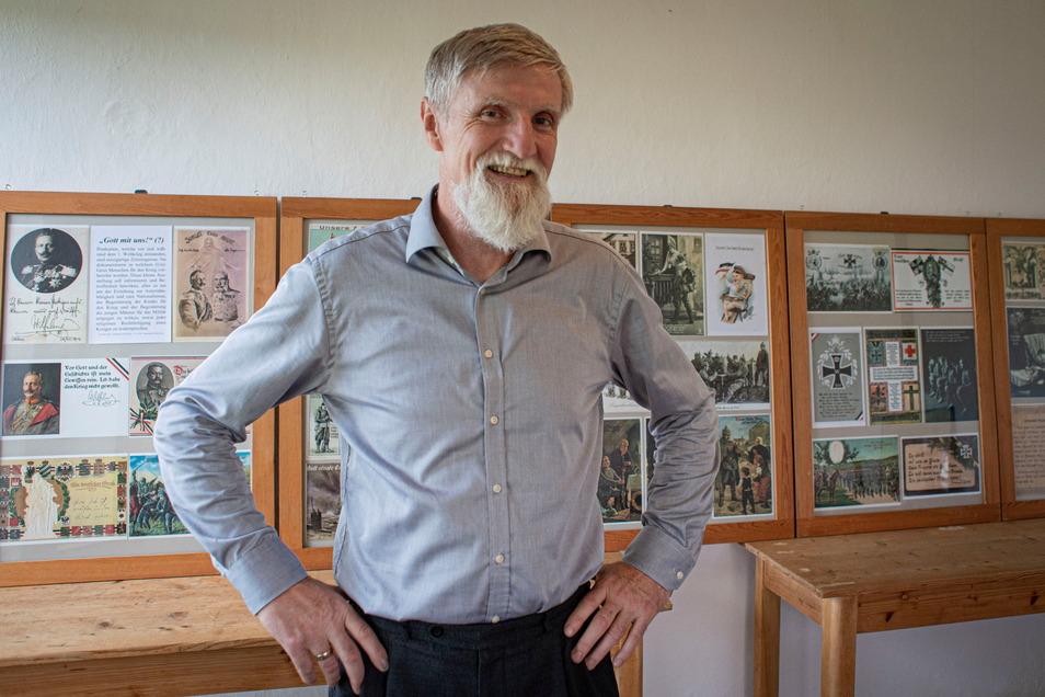 Der ehemalige Pfarrer Norbert Littig hat für den Andachtsraum an der Kleinröhrsdorfer Kirche eine Ausstellung mit Postkarten aus der Zeit des ersten Weltkrieges zusammengestellt.