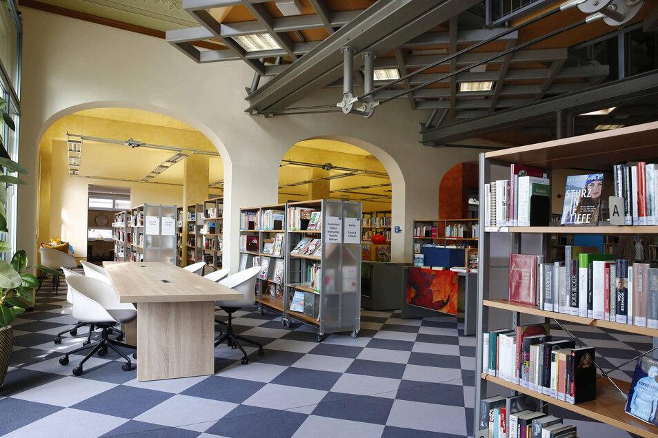 Ein neuer Arbeitsbereich für die Büchereinutzer mit Tischen und Stühlen sowie neue Regale wurden eingebaut. Alle haben Rollen, um sie für Veranstaltungen zur Seite schieben zu können.