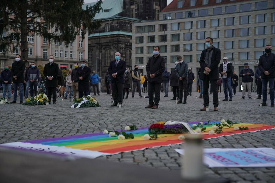 Rund 350 Menschen waren dem Aufruf des Dresdner CSD zur Kundgebung auf den Altmarkt gefolgt.