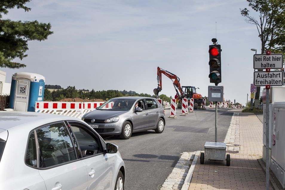 """An der Obernaundorfer Straße in Rabenau ist derzeit eine Baustellenampel im Einsatz. Für das Neubaugebiet """"Talblick"""" wird ein Gehweg gebaut."""