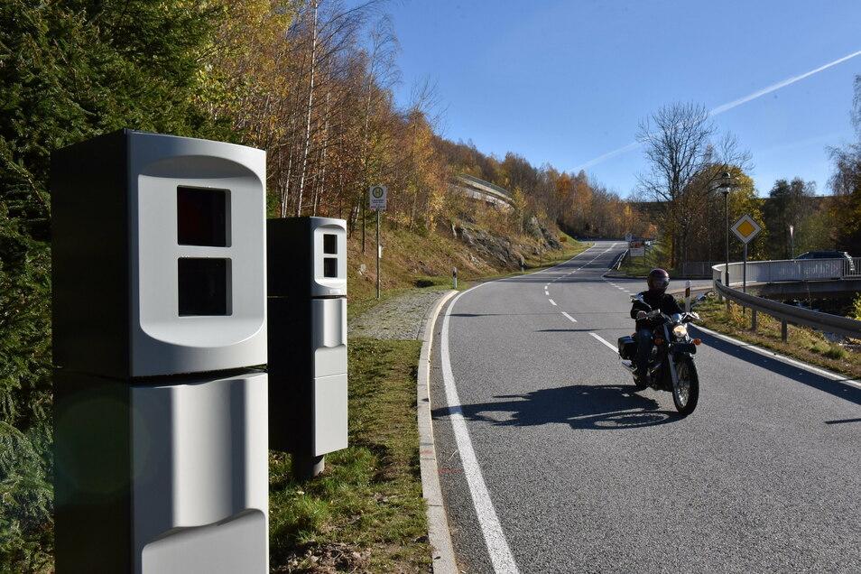 Die linke, neue Messsäule in Lauenstein soll auch bei Motorrädern ein verwertbares Heckfoto liefern.