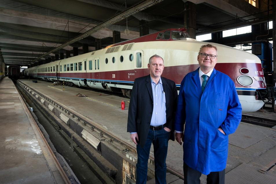 Gunnar Kloß, links, ist ehrenamtlicher Mitarbeiter bei der SVT Görlitz gGmbH, Mario Lieb Geschäftsführer. Hier stehen sie vor dem SVT im Bahnbetriebswerk Zwickauer Straße in Dresden.