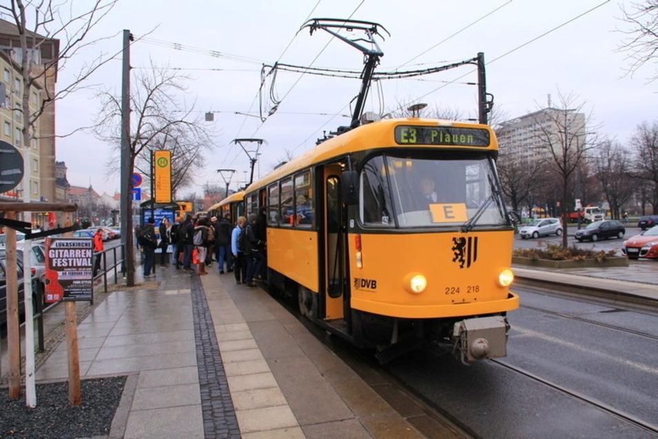 Ab und zu sind sie noch in Dresden zu sehen, die Tatra-Straßenbahnen der T4-Reihe, die in ihrer schwarz-gelben Farbgebung bereits seit 1988 durch die Stadt fahren. Über 13 Triebwagen und 6 Beiwagen verfügen die DVB noch.
