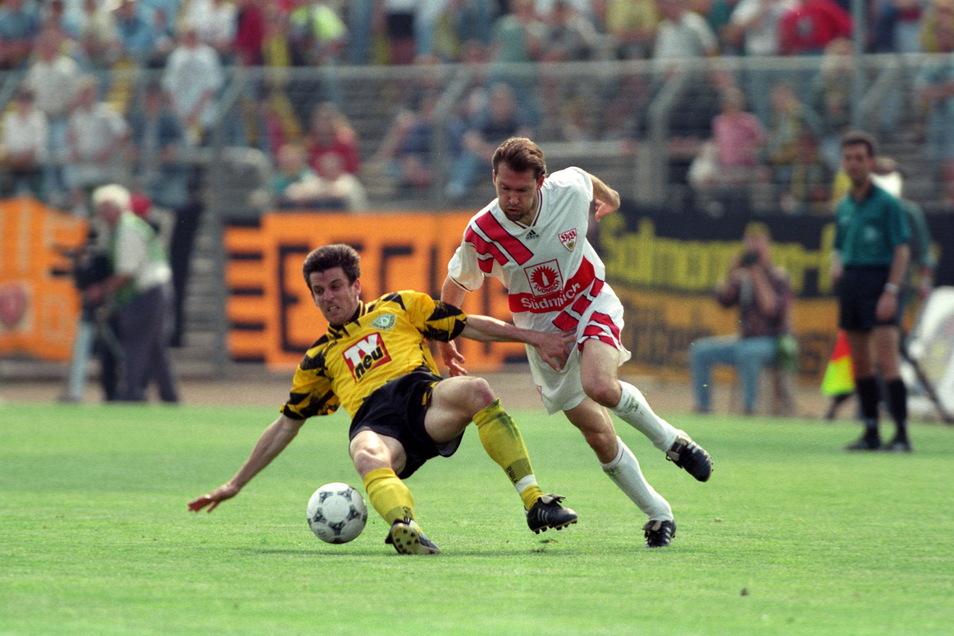 In der Saison 1994/95 spielt Florian Weichert (li., im Zweikampf mit Ludwig Kögl vom VfB Stuttgart) für Dynamo, erzielt in 14 Spielen ein Tor und steigt mit den Dresdnern aus der Bundesliga ab.