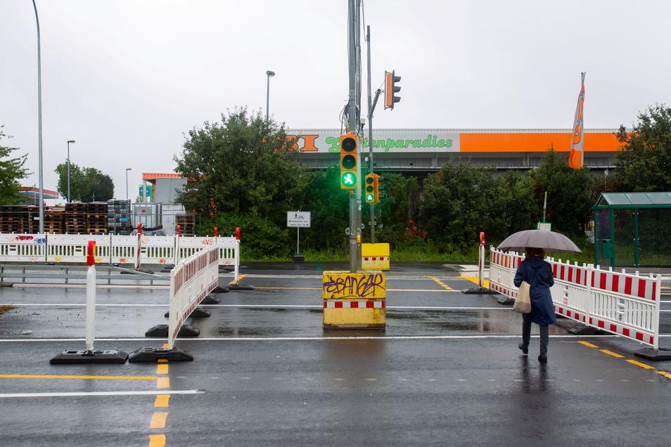 Wer den Überweg über die B 170 nahe der Boderitzer Straße zu Obi und Real nutzt, kann sich an einem Hinweisschild über die Erreichbarkeit weiterer Ziele orientieren.