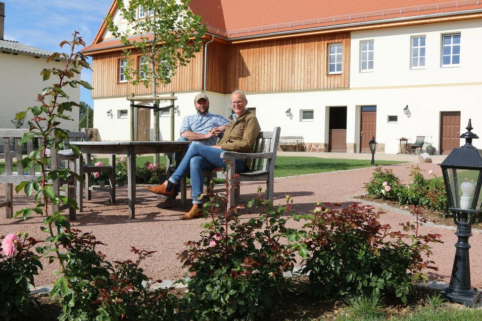 Mit Unterstützung des Förderprogramms Leader haben Ulrike und Andreas Reese aus Börtewitz unter anderem den Hof des ehemaligen Rittergutes umgestaltet. Statt Schotter hat das Paar nun grüne Wiese und Obstbäume vor der Haustür.