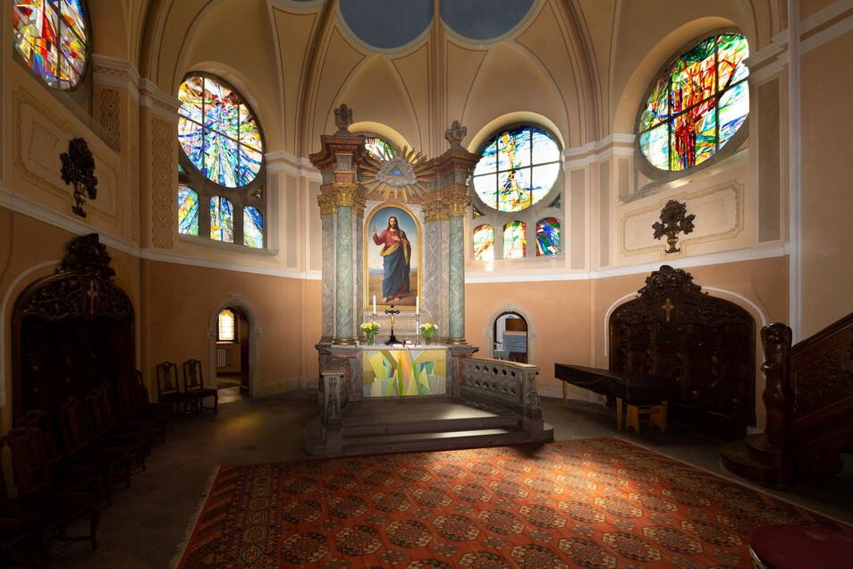 Nun erstrahlen die Fenster im Altarraum im Sonnenlicht