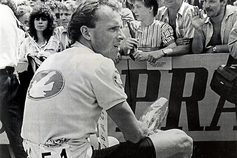 Geschafft: Zum dritten Mal in Folge gewinnt Uwe Ampler 1989 die Friedensfahrt.
