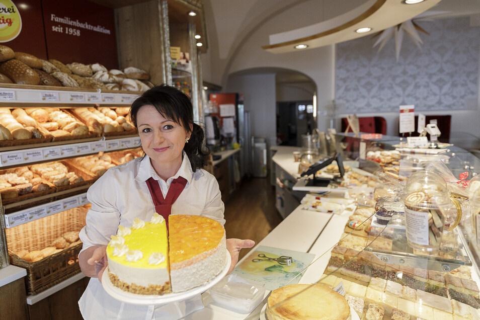 Anke Wittig zeigt in ihrem Stamm-Café auf dem Görlitzer Obermarkt leckere Torten. Die soll es möglichst bald in der Löbauer Eis- und Tortenmanufaktur geben.
