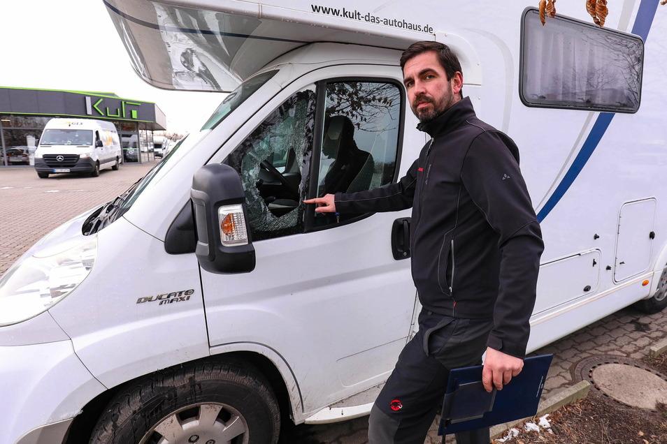 Oliver Polz zeigt die eingeschlagene Seitenscheibe eines seiner Wohnmobile.