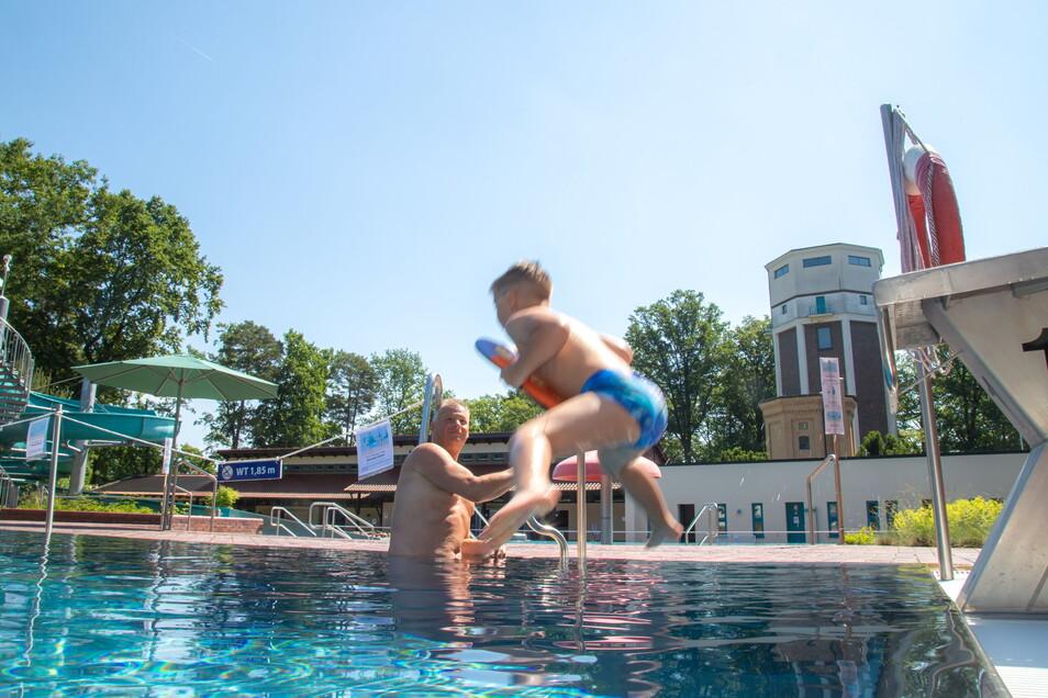 Badespaß im großen Becken haben der Nieskyer Peter Hänel zusammen mit seinem Enkel Phill. Das Wetter macht sie zu Stammgästen im Waldbad.