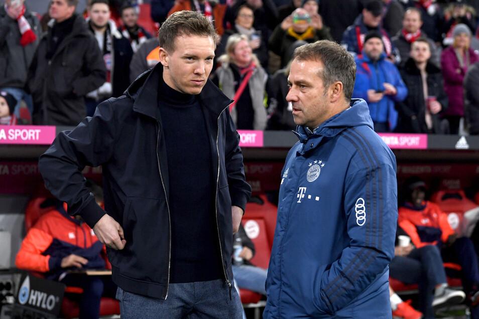 FC Bayern-Trainer Hansi Flick (r) und RB Leipzigs Trainer Julian Nagelsmann vor dem Spiel gegeneinander am 9. Februar 2020