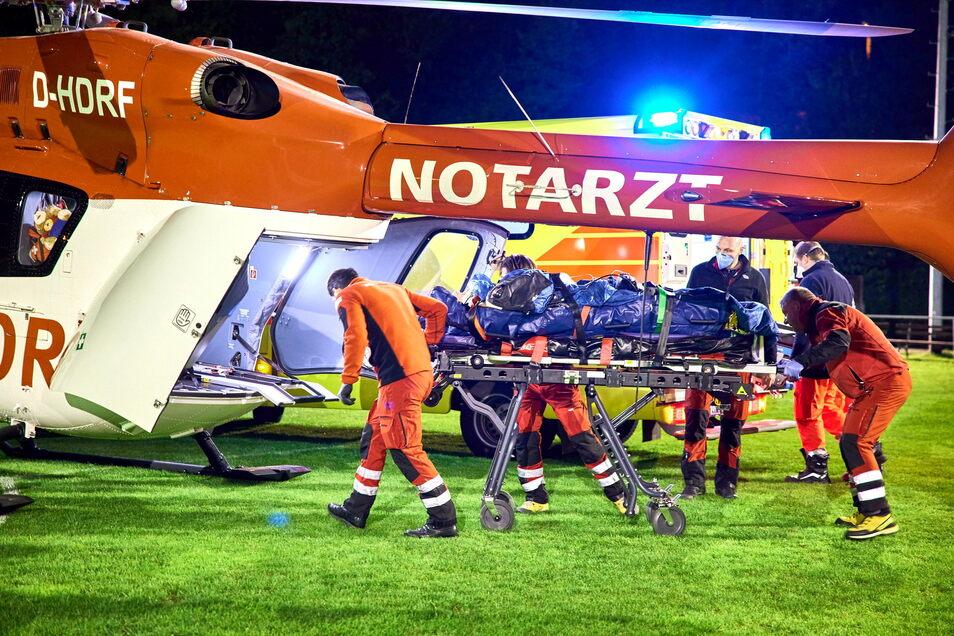 Einsatz für die Nachtschicht von Christoph 62: Auf dem Sportplatz von Struppen wird ein verunglückter Motorradfahrer an Bord genommen.