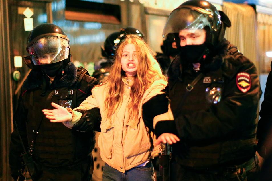 Die Polizei verhaftet in Moskau eine junge Frau. Die russischen Behörden drohen mit hohen Strafen für die Teilnahme an den nicht genehmigten Kundgebungen.