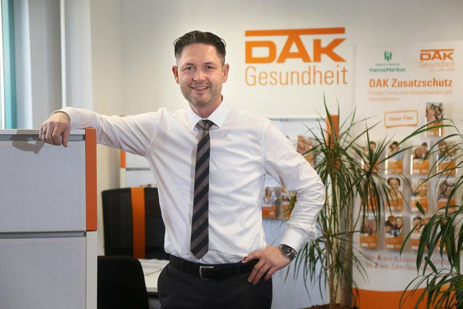 Christian Baier, Leiter des DAK-Servicezentrums Döbeln, berät die Kunden vorübergehend nur per Telefon.