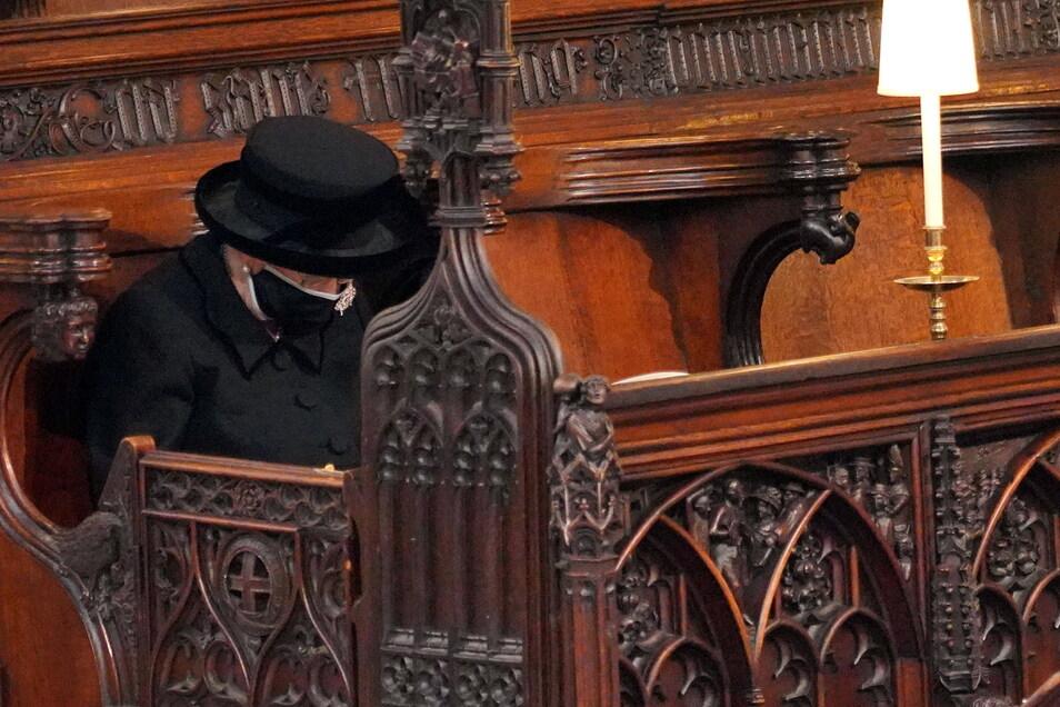 Königin Elizabeth II. von Großbritannien nimmt an der Trauerfeier für ihren Mann Prinz Philip in der St.-Georgs-Kapelle auf Schloss Windsor teil.
