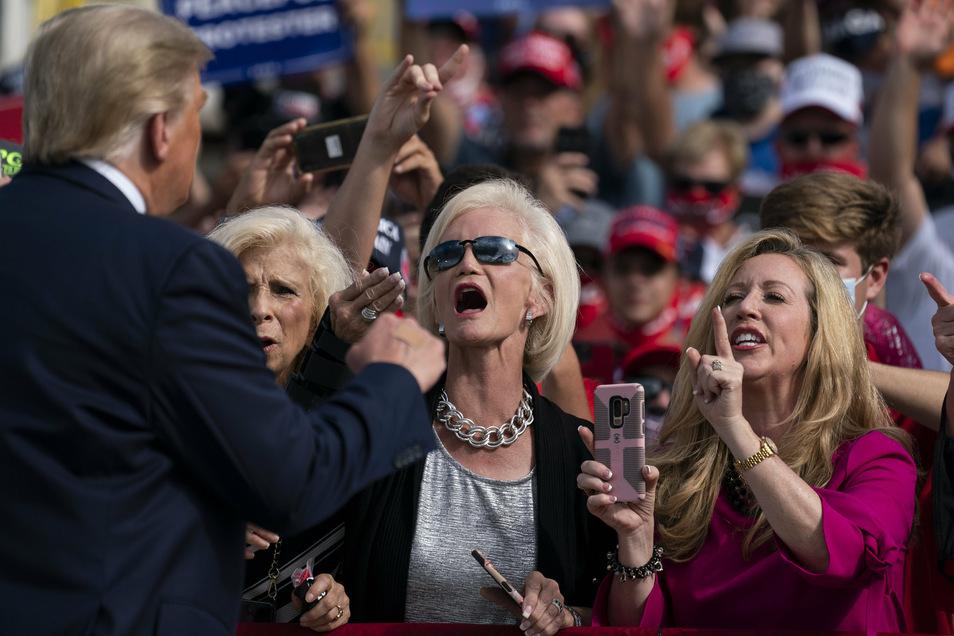 """In den wohlhabenden """"Villages"""" in Florida wird Donald Trump verehrt wie ein Popstar. Hier ist er bei einer Wahlkampfveranstaltung."""