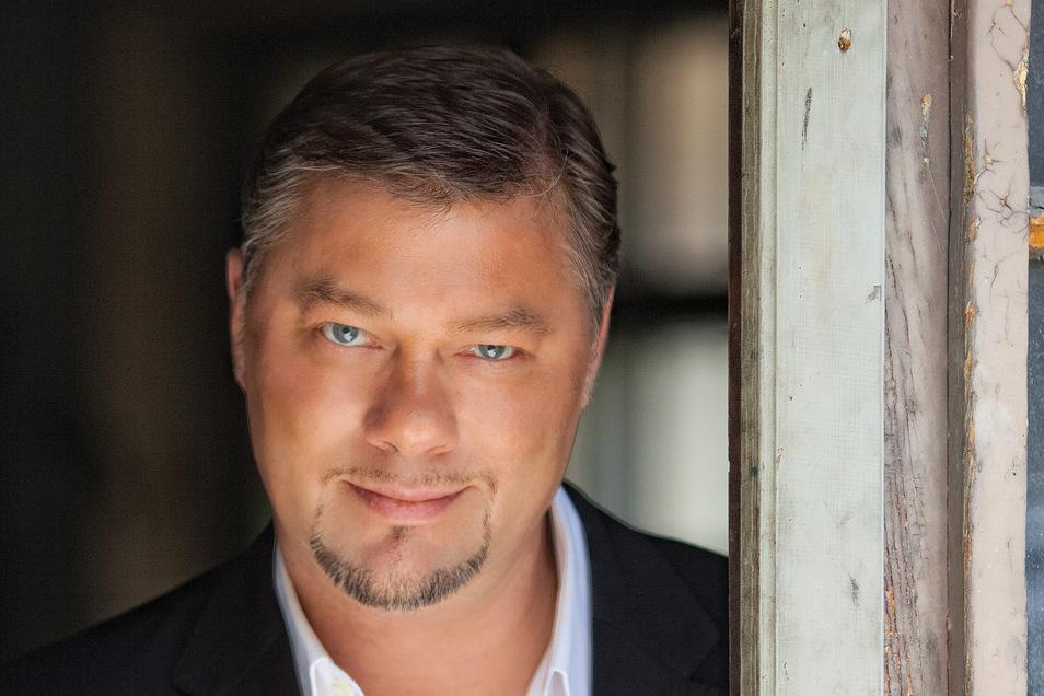 """René Pape, 55 Jahre alt, erhielt seine Ausbildung beim Dresdner Kreuzchor sowie an der Dresdner Musikhochschule. Bereits als Kind stand er als einer der Knaben in der """"Zauberflöte"""" auf der Bühne. Er ist seit 1988 fest engagiert in der Staatsoper Unter den"""