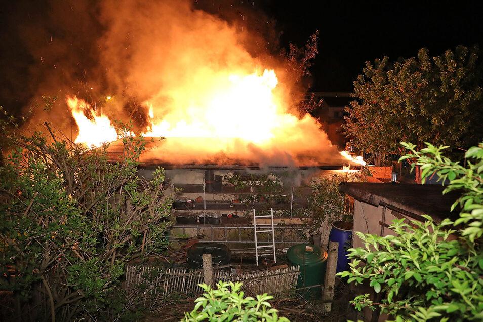 Hier konnte die Feuerwehr zwar die Flammen löschen, die Laube aber nicht retten.