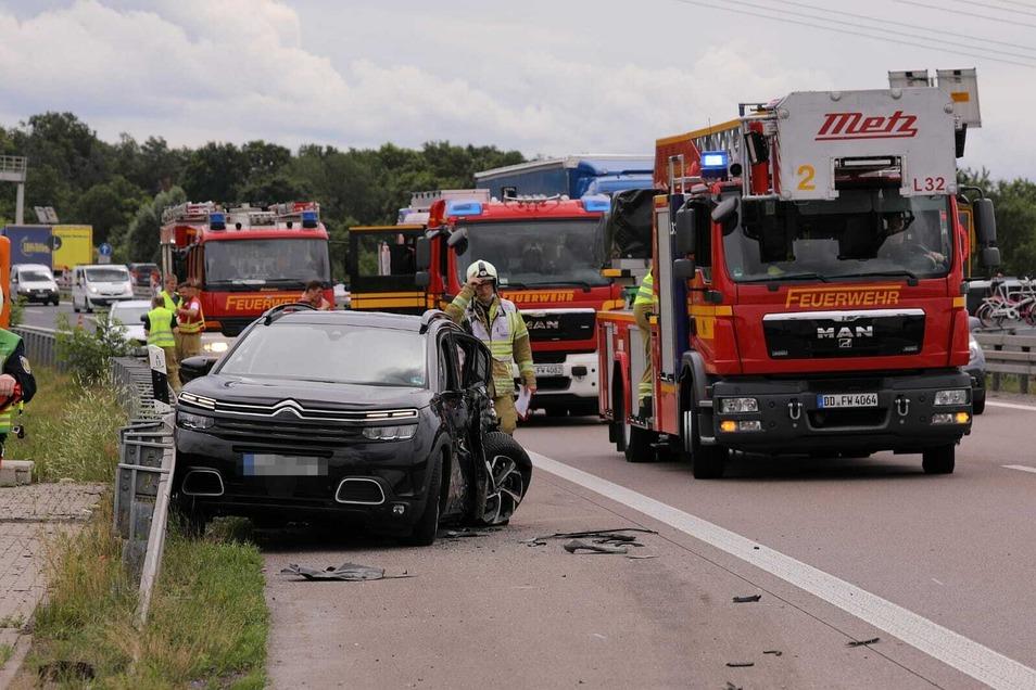 In dem Wagen sollen zwei Insassen verletzt worden sein.