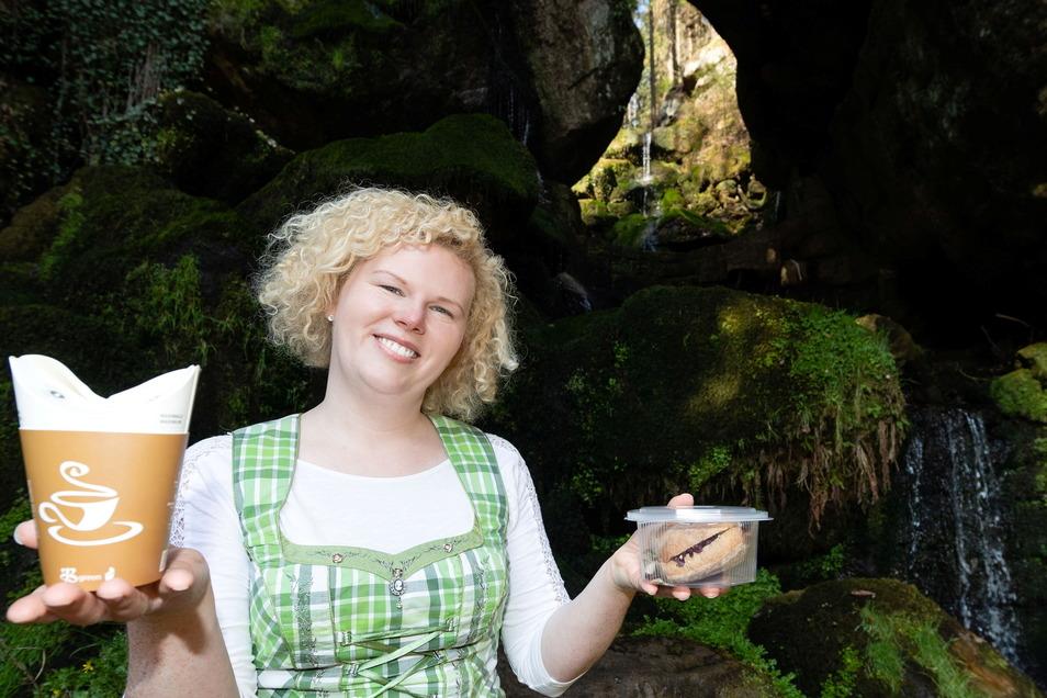 Vor fast genau einem Jahr entstand dieses Foto. Wirtin Elisabeth König startet am Lichtenhainer Wasserfall mit dem Außer-Haus-Verkauf.