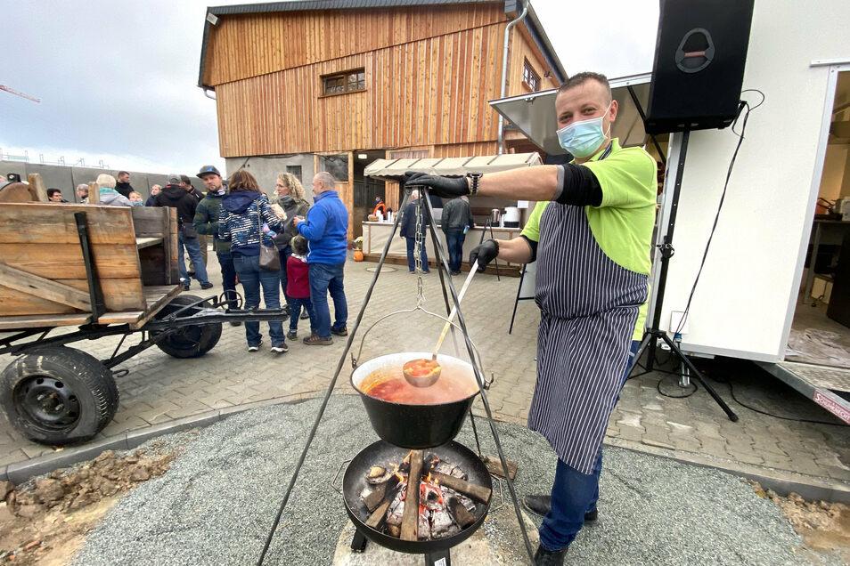 Martin Weise vom Faktorenhof bewirtete die Besucher zum kleinen Eröffnungsfest am Reformationstag mit Kesselgulasch.