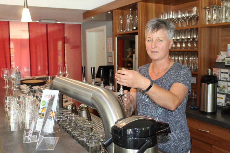 Carola Ulrich steht an der Theke im Weindomizil. Das macht Ende das Jahres zu.