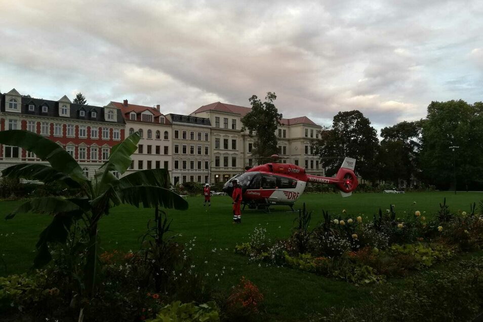 Der Hubschrauber steht direkt auf der Wiese des Wilhelmsplatzes in Görlitz.
