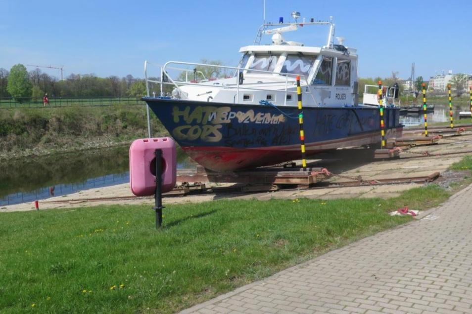 Unbekannte haben dieses Boot der Wasserschutzpolzei beschmiert.
