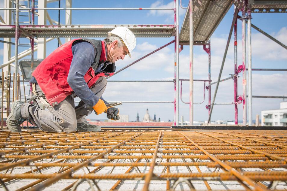 Das Baugewerbe - hier ein Foto aus dem Vorjahr von der Baustelle des Dresdner Hochhauses am Straßburger Platz - profitiert momentan noch von einem hohen Auftragsbestand.