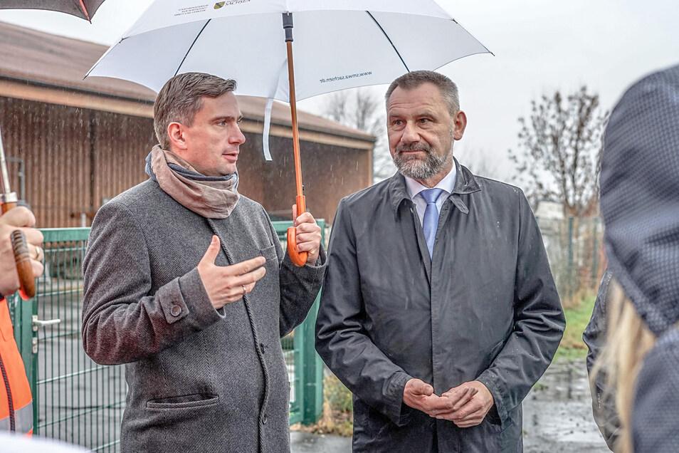 Wirtschaftsminister Martin Dulig (SPD) und der CDU-Bundestagsabgeordnete Marko Schiemann am Freitag beim Pressegespräch an der A 4 bei Leppersdorf.
