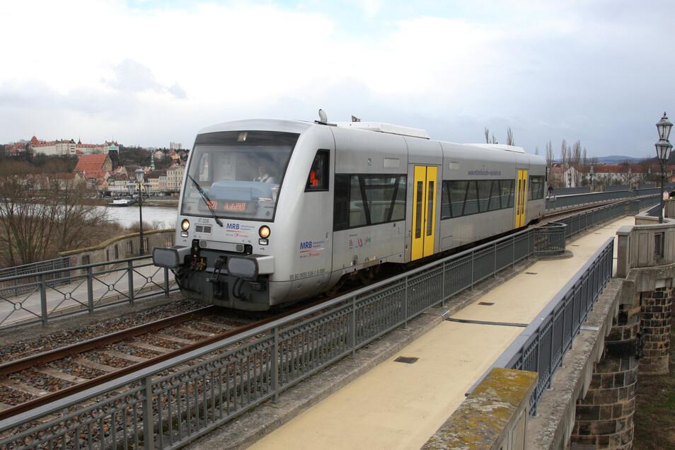 Regionalbahn auf der Pirnaer Stadtbrücke: Für Urlauber ist der Nahverkehr jetzt gratis.