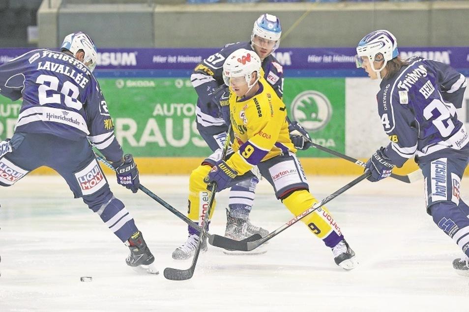 Kale Kerbashian (Mitte) war in Dresden der überragende Füchse-Spieler. Er wirbelte die Eislöwen-Abwehr durcheinander.
