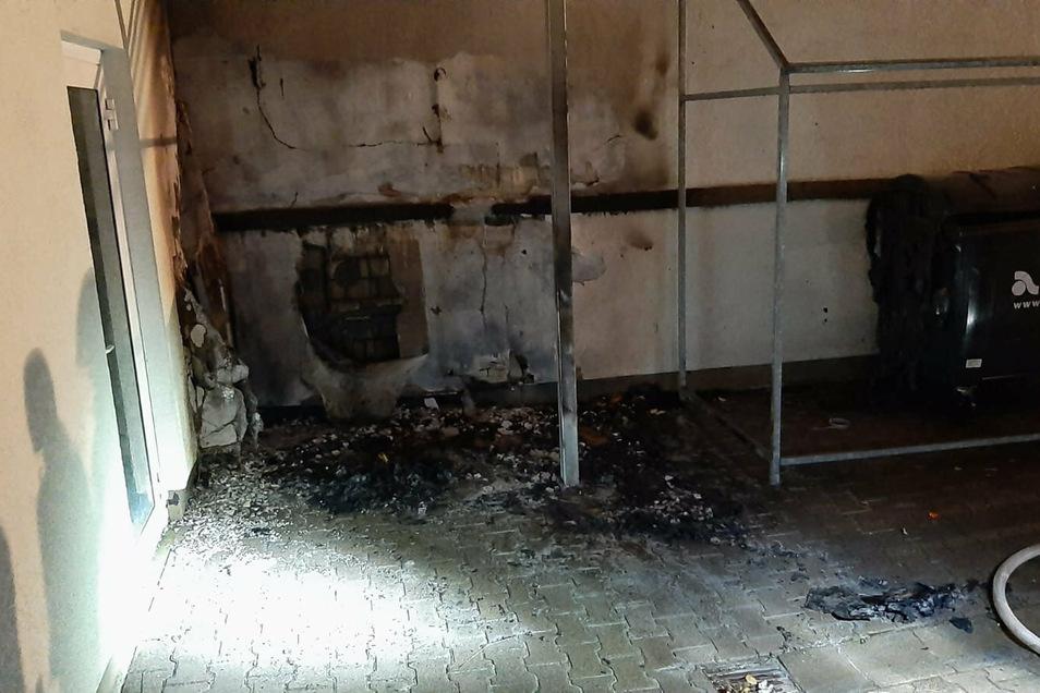 Auch in einem Hinterhof zündete der Täter einen Papiercontainer an. Die Tonne wurde vollständig zerstört.