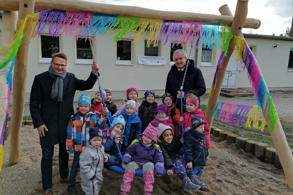 Dass es 2020 wieder Zuschüsse für Kleinprojekte in Sachsen gibt, hat Staatsminister Thomas Schmidt (rechts) im Februar in Niederstriegis verkündet. Für die dortige Kita wurde aus diesem Regionalbudget eine Nestschaukel angeschafft.