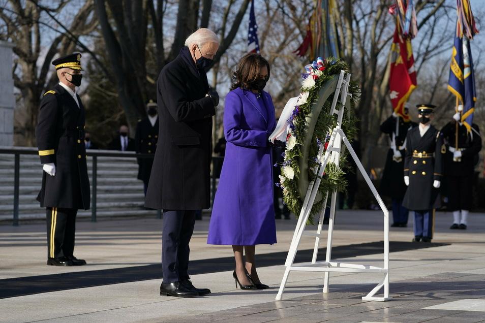 Präsident Joe Biden und Vizepräsidentin Kamala Harris legen einen Kranz am Grab des Unbekannten Soldaten auf dem Arlington National Cemetery nieder.