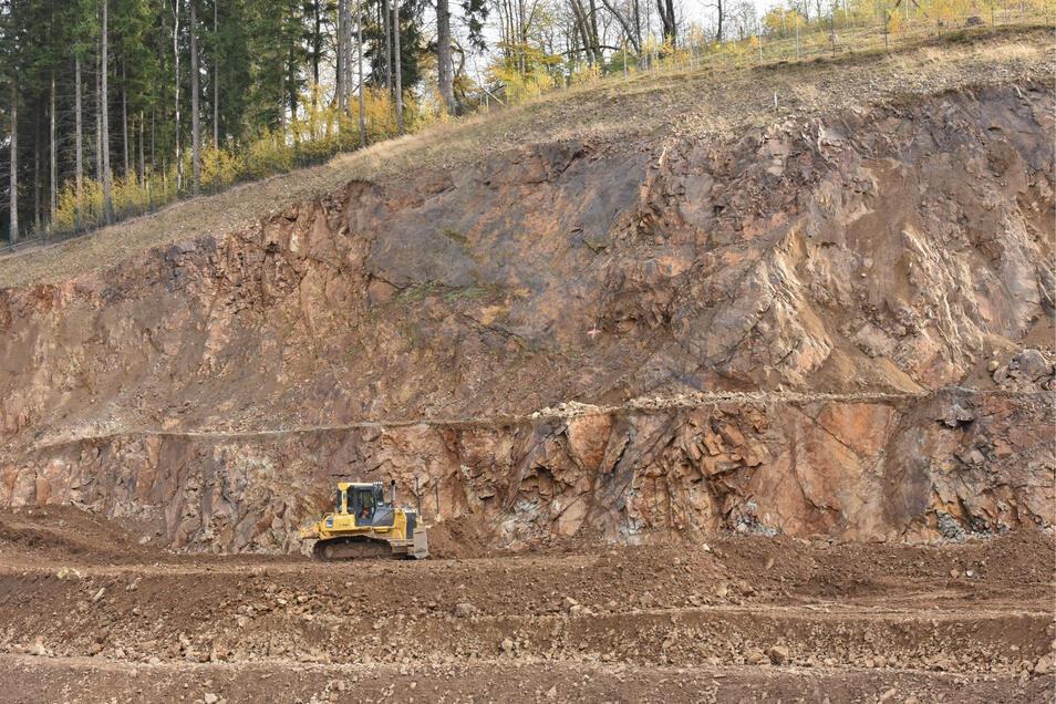 Für die Aufschüttung des eigentlichen Damms wurde ein Steinbruch an der Seite des Tales etwas oberhalb davon eingerichtet.