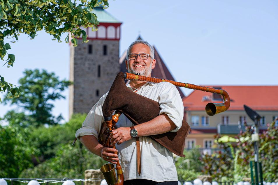 Der sorbische Dudelsack - hier gespielt von Andreas Hentzschel - trifft bei einem Open-Air-Konzert in Bautzen auf Folklore-Instrumente aus der Schweiz und der Slowakei.