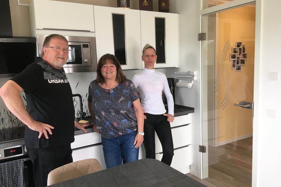 Bernd und Barbara Ueberfuhr sowie Sophie Wendt (v.l.) sind in die Weßnitzer Straße 96 bzw. 98 gezogen und sind überaus zufrieden.