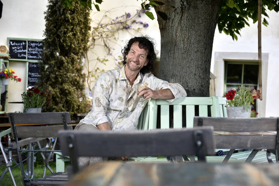 Unter der alten Linde im Garten sitzt René Kuhnt am liebsten - und seit Pfingsten ist das auch für seine Gäste ein Lieblingsplatz.