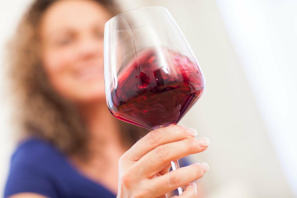 Ein Gläschen Wein ist ein beliebter Begleiter zum Essen. Allzu viel sollte man aber nicht konsumieren. Denn wer regelmäßig trinkt, riskiert Gesundheitsschäden.