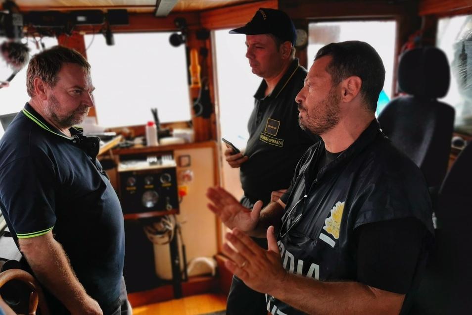 ... um dem Kapitän Claus-Peter Reisch die weitere Vorgehensweise zu erklären und, dass das Schiff beschlagnahmt wird, sobald es im Hafen ankommt.