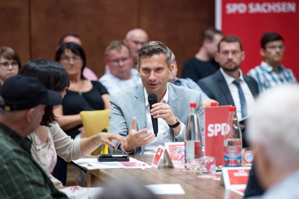 SPD-Spitzenkandidat Dulig unterhält sich während seiner diesjährigen Küchentisch-Tour mit Bürgern.