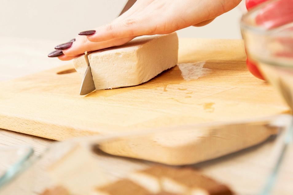 Naturbelassenes Tofu schmeckt neutral und lässt sich nach Geschmack mit Gewürzen aufpeppen.