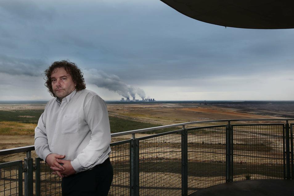 Oberbürgermeister von Weißwasser, Torsten Pötzsch (Wählervereinigung Klartext), auf der Aussichtsplattform vom Turm am Schweren Berg. Im Hintergrund den Tagebau mit Kraftwerk Boxberg.