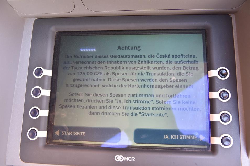 Geld gibt es an diesem tschechischen Geldautomaten nur, wenn man einer Gebühr von 125 Kronen, also rund 5 Euro, zustimmt.