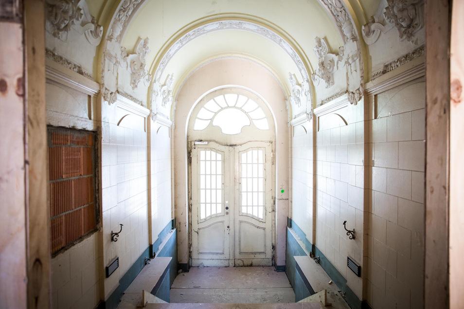Das Foyer. Viel Arbeit bekommen Restauratoren in den Foyers. Im oberen Teil wird der Kunstmarmor unter mehreren Schichten freigelegt. Geplant ist, den originalen Zustand wie zur Bauzeit ab 1900 wieder herzustellen. Foto: Sven Ellger