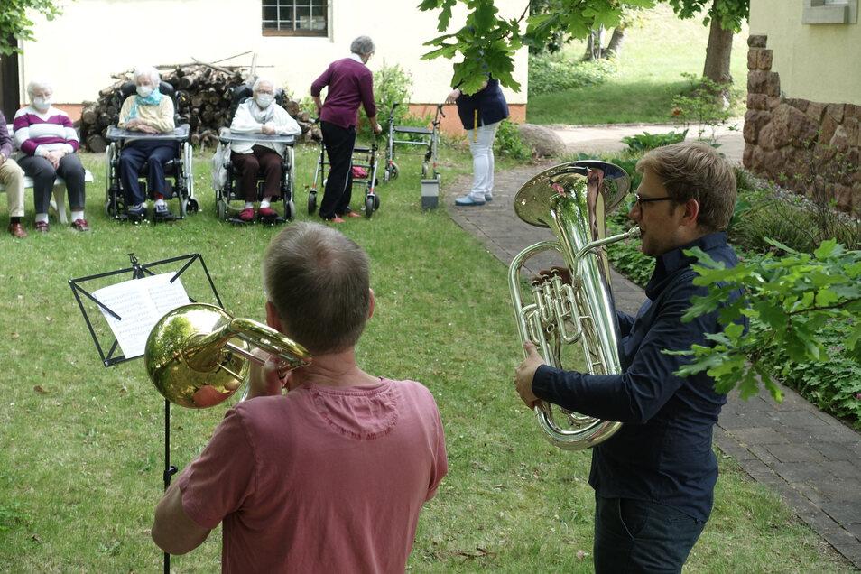 Mitglieder des Döbelner Posaunenchores haben im Garten der Villa Brambor für die Bewohner musiziert. Am Nachmittag gab es noch ein Konzert an den altersgerechten Wohnhäusern Bayerische Straße.