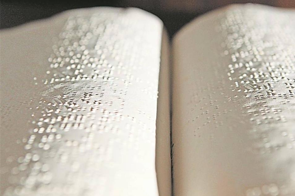 Bibel zum Fühlen: Die 32-bändige Ausgabe in Brailleschrift füllt im Bibelhaus rund anderthalb Regalmeter.